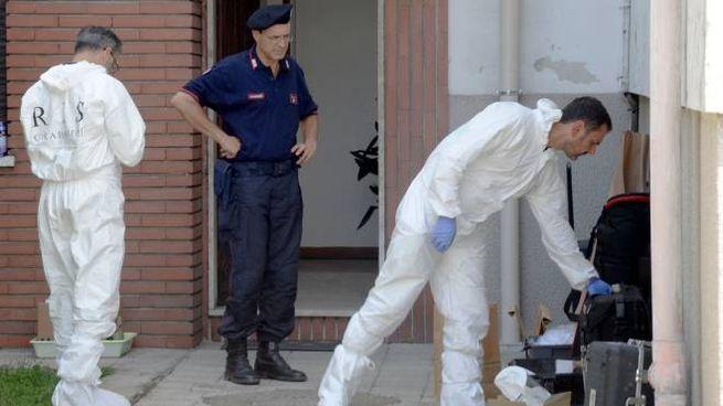 I rilievi degli investigatori nell'abitazione di via Belvedere