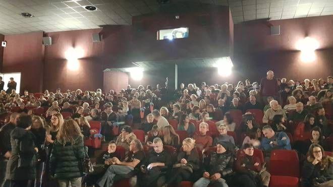 Tutto esaurito martedì sera nella sala dello 'Splendor' dove è stato proiettato il film in dialetto massese