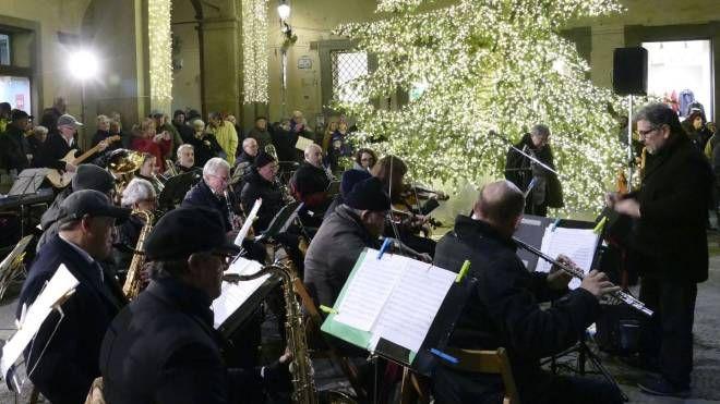L'accensione dell'albero di Natale in piazza del Comune con l'orchestra Chiti Foto Attalmi