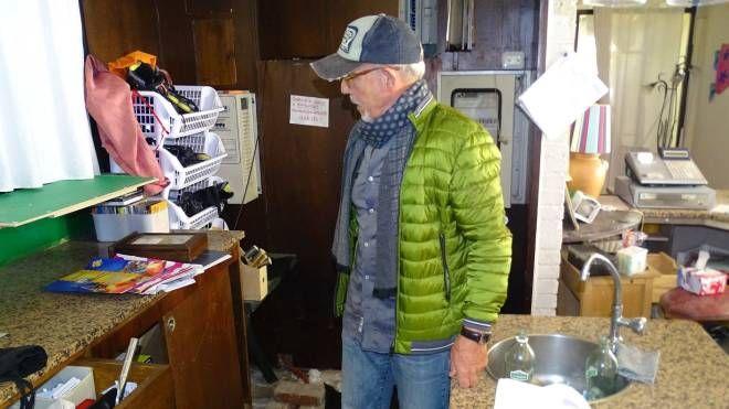 Augusto Barsotti nel locale visitato dai ladri