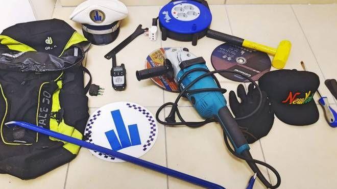 Il kit per compiere furti trovato nell'auto rubata