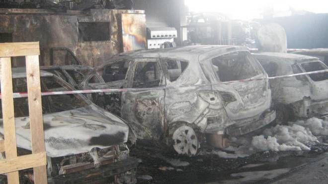 Il capannone e le auto divorati dalle fiamme
