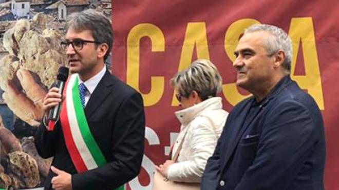 Il sindaco Francesco Baldelli e il vice presidente nazionale del Club 'I Borghi più belli d'Italia' Livio Scattolini