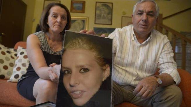 Carmelina e Rosario Costanza nella loro abitazione con una fotografia della figlia Teresa (Cavalleri)