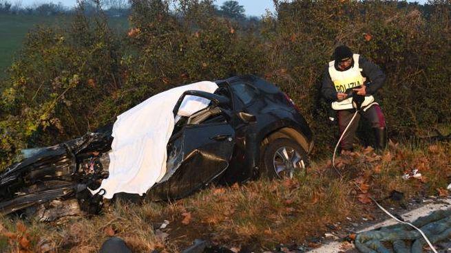 La carcassa dell'auto con cui si è ucciso Francesco Masetti, accusato dell'omicidio del padre Antonino