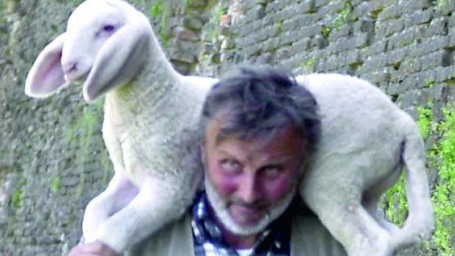 Massimo Freddi con le sue pecore sotto le mura di Ferrara (Businesspress)