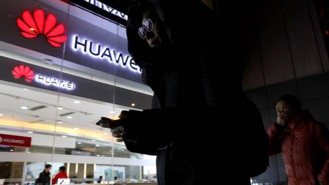 Huawei, negozio a Pechino (Ansa)