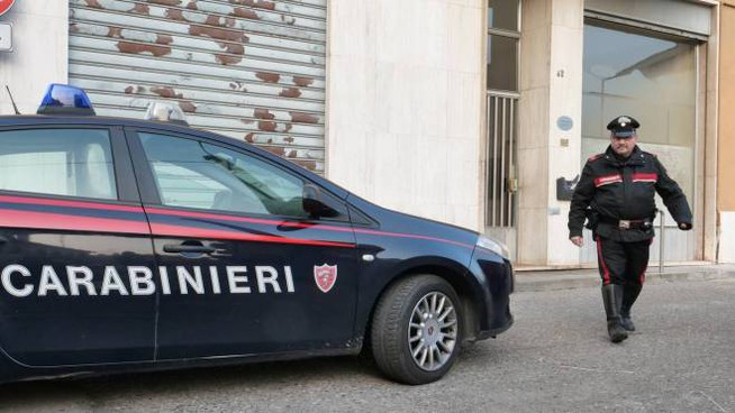 I carabinieri davanti alla palazzina teatro della tragedia (Torres)