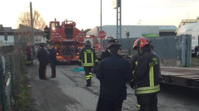 Vigili del fuoco e carabinieri sul luogo dell'incidente