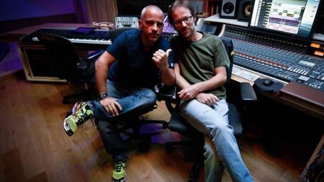 Dario Paini con Eros Ramazzotti nel suo studio Isola