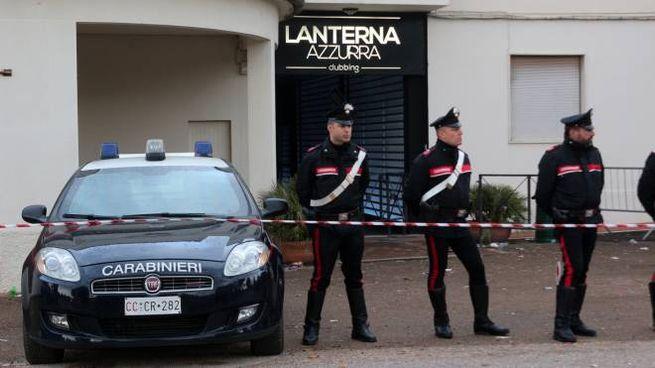 I carabinieri davanti alla Lanterna Azzurra di Corinaldo (Lapresse)