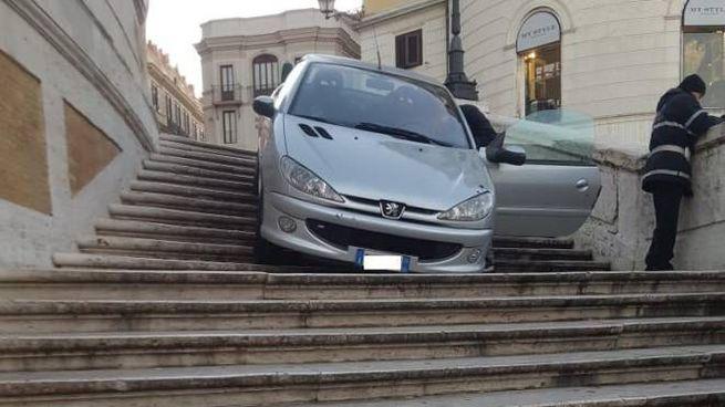 L'auto dell'ubriaco finita sulla scalinata di Trinità dei Monti (Ansa)