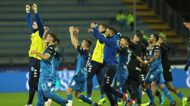 L'Empoli festeggia la vittoria del Bologna coi tifosi (Gasperini / Fotocronache Germogli)