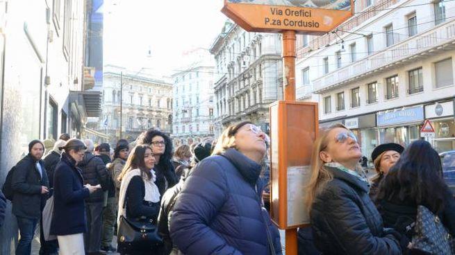 Passeggeri in attesa del bus in piazza Cordusio