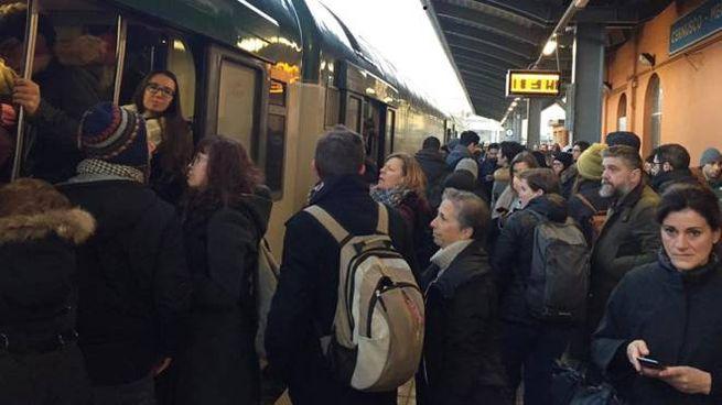 I pendolari accalcati in stazione a Cernusco Lombardone