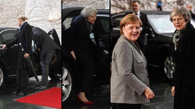 La difficile uscita dall'auto di Teresa May che incontra Angela Merkel