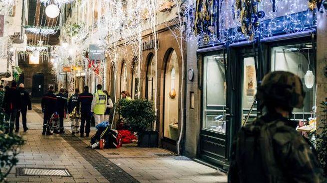 Polizia e soccorritori nel centro di Strasburgo (Lapresse)