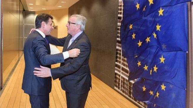 Abbraccio Conte-Juncker a Bruxelles (LaPresse)