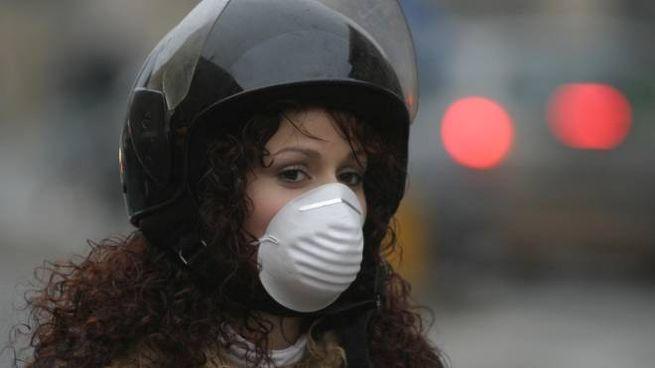 Motociclista con la mascherina