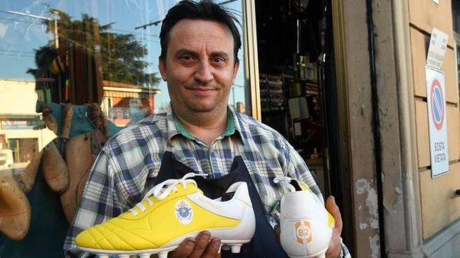Angelo Scialpi, il calzolaio tifoso, con le sarpe personalizzate per Papa Francesco