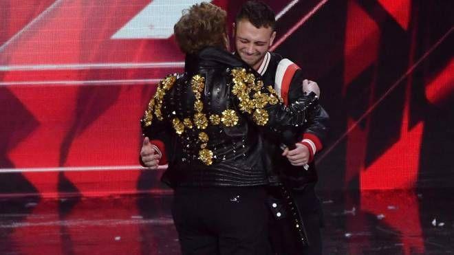 X Factor 2018, il vincitore Anastasio abbraccia Mara Maionchi (Ansa)