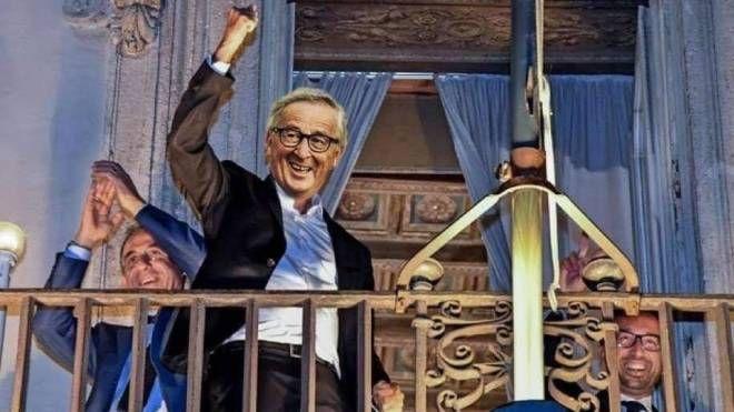 Juncker sul balcone di Palazzo Chigi, parodia della foto originale con Di Maio
