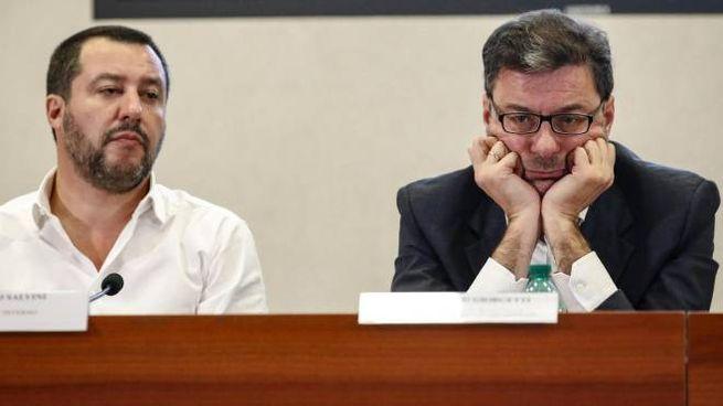 Il ministro dell'Interno Matteo Salvini e il sottosegretario Giancarlo Giorgetti (Ansa)