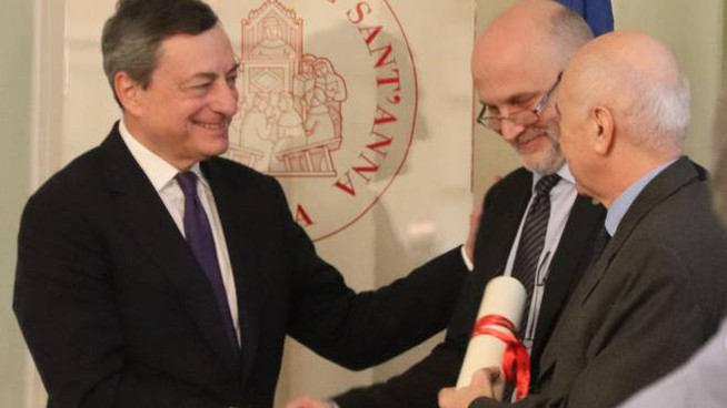 Il presidente della Bce Draghi e il rettore della Scuola Sant'Anna di Pisa, Perata (Ansa)