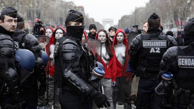 Le Femen vestite da Marianna protestano con i Gilet gialli (Ansa)