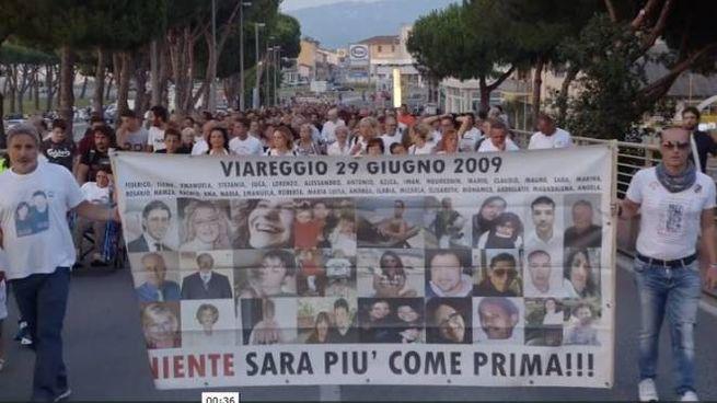 Una manifestazione dei parenti delle vittime della strage di Viareggio