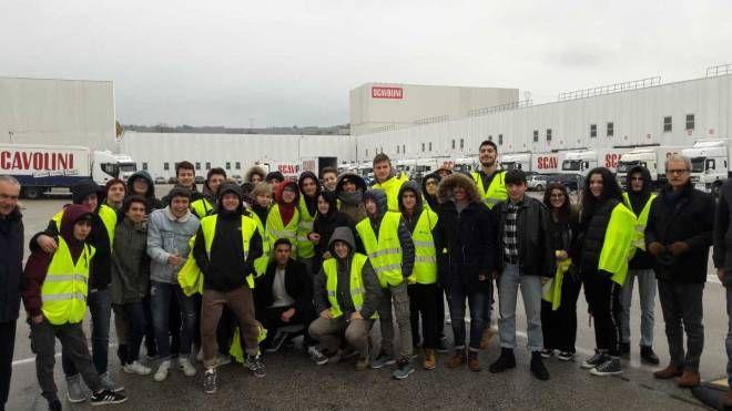 Foto di gruppo per i giovani studenti in visita alla Scavolini