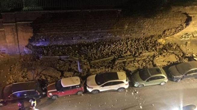 Crollato muro perimetrale di Villa Mercede lungo Via dei Marrucini (da twitter)
