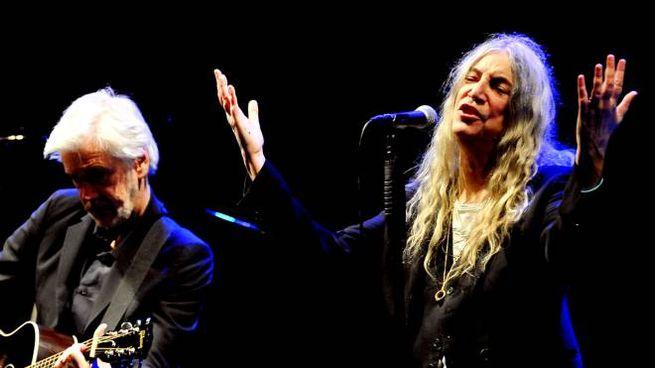 Il pubblico ieri sera al teatro Rossini e un momento della attesa ed intensa performance di Patti Smith (foto Luigi Angelucci)