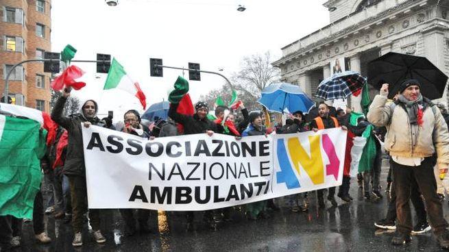 La manifestazione degli ambulanti a Milano contro Area B