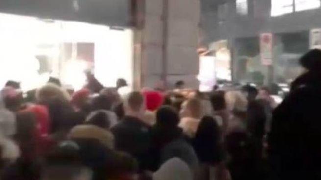 La folla fuori dal Nike Store 5129641b9dc0