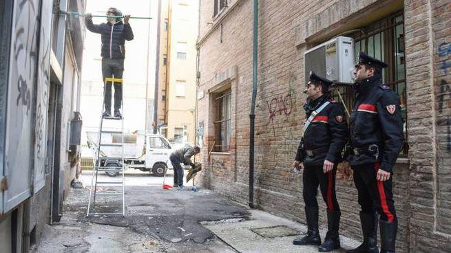 I carabinieri di Civitanova in vicolo Nettuno, nella zona dove è stata fatta esplodere la bomba (foto De Marco)