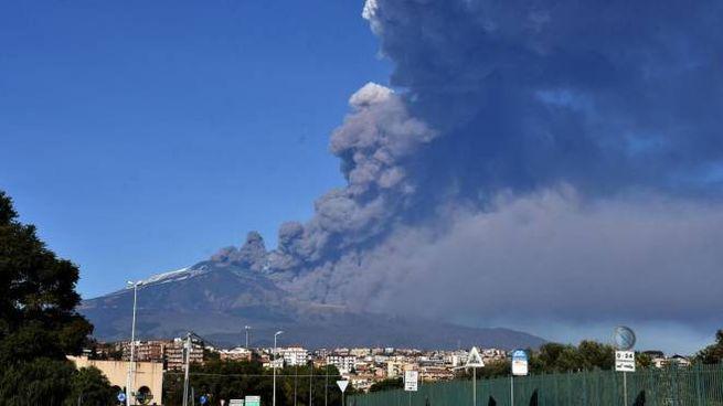 Etna in eruzione, nube di fumo su Catania (Ansa)