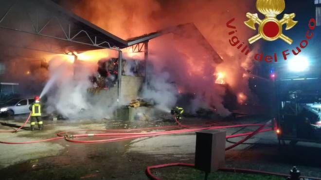 I vigili del fuoco al lavoro per domare l'incendio alla Green Farm