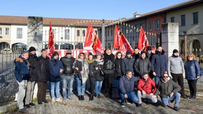 Il presidio dei lavoratori davanti all'ingresso del centro ricreativo che si trova alle porte del capoluogo (Cavalleri)