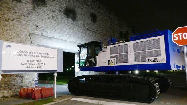 L'arrivo della gru per la demolizione (foto Attalmi)