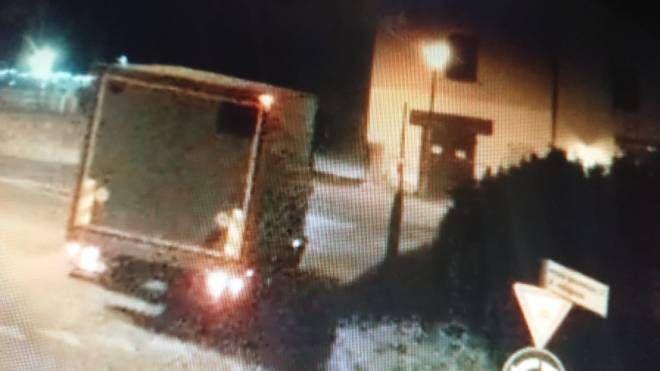 L'immagine delle telecamere che mostra il furgone senza specchietto