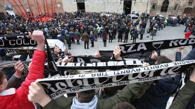 Folla al funerale di Arturo Pratelli (foto Di Pietro)