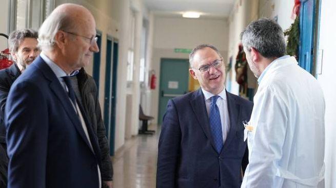 Il neo direttore generale Massimo Lombardo mentre incontra uno dei medici del presidio di viale Marconi