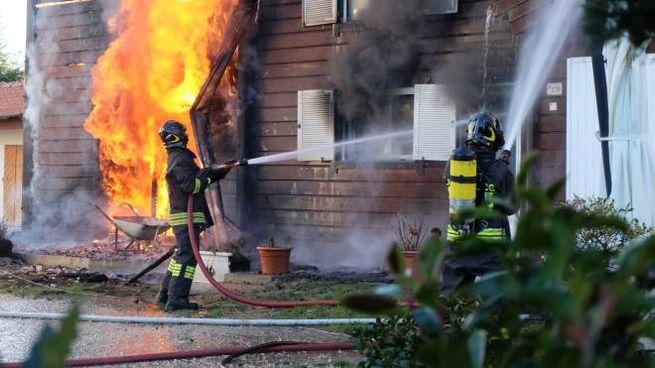 Incendio a Forlì, casa di legno distrutta dalle fiamme (Foto Frasca)