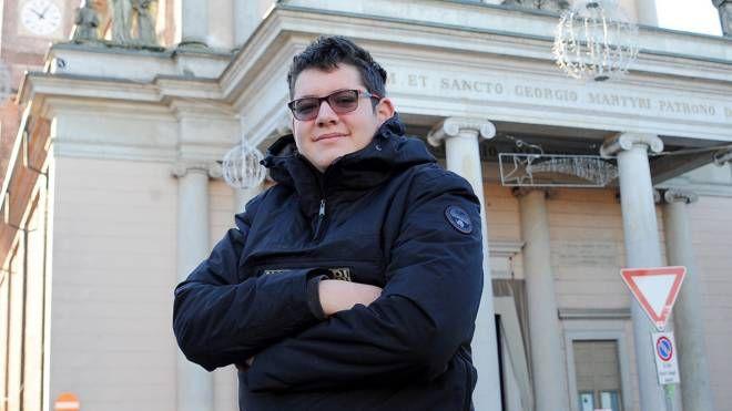 Samuele Straniero sul sagrato della basilica di Cuggiono (StudioSally)