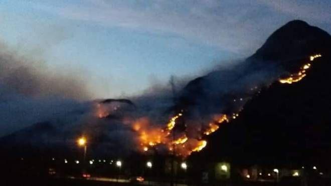 Incendio dall'alto lago di Como alla Valtellina (Foto Facebook)