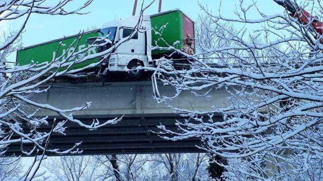 Il camion in bilico