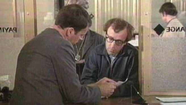 L'esilarante rapina di Woody Allen in 'Prendi soldi e scappa'