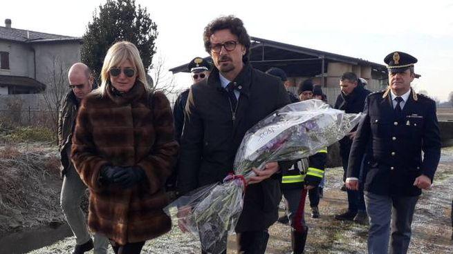 Il ministro con il mazzo di fiori deposto ai bordi dell'A1 accompagnato dal sindaco di Borghetto Lodigiano Giovanna Gargioni