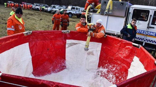 Gli uomini dell'Antincendio boschivo preparano le vasche per gli elicotteri